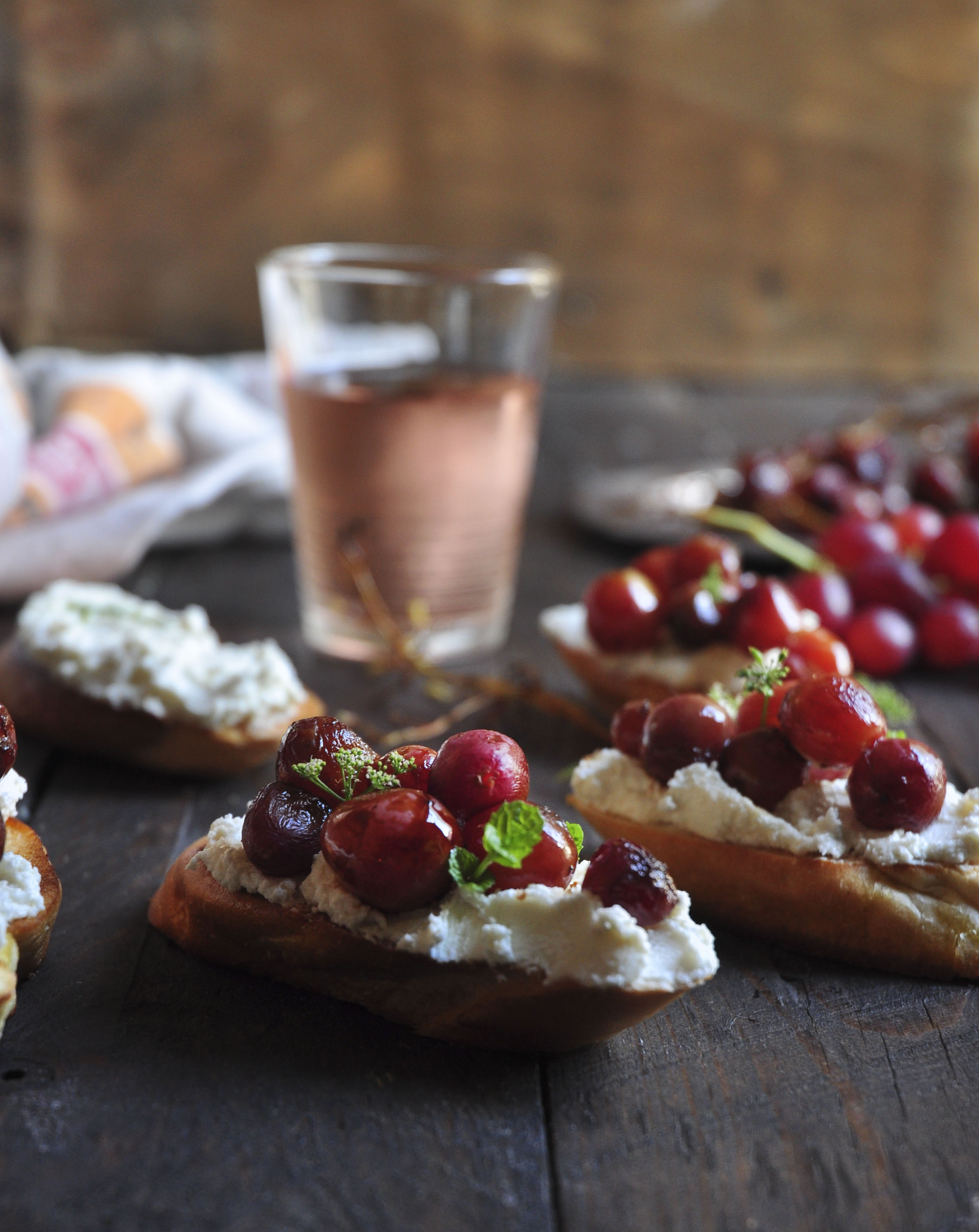 Goats cheese Crostini with roasted Grapes